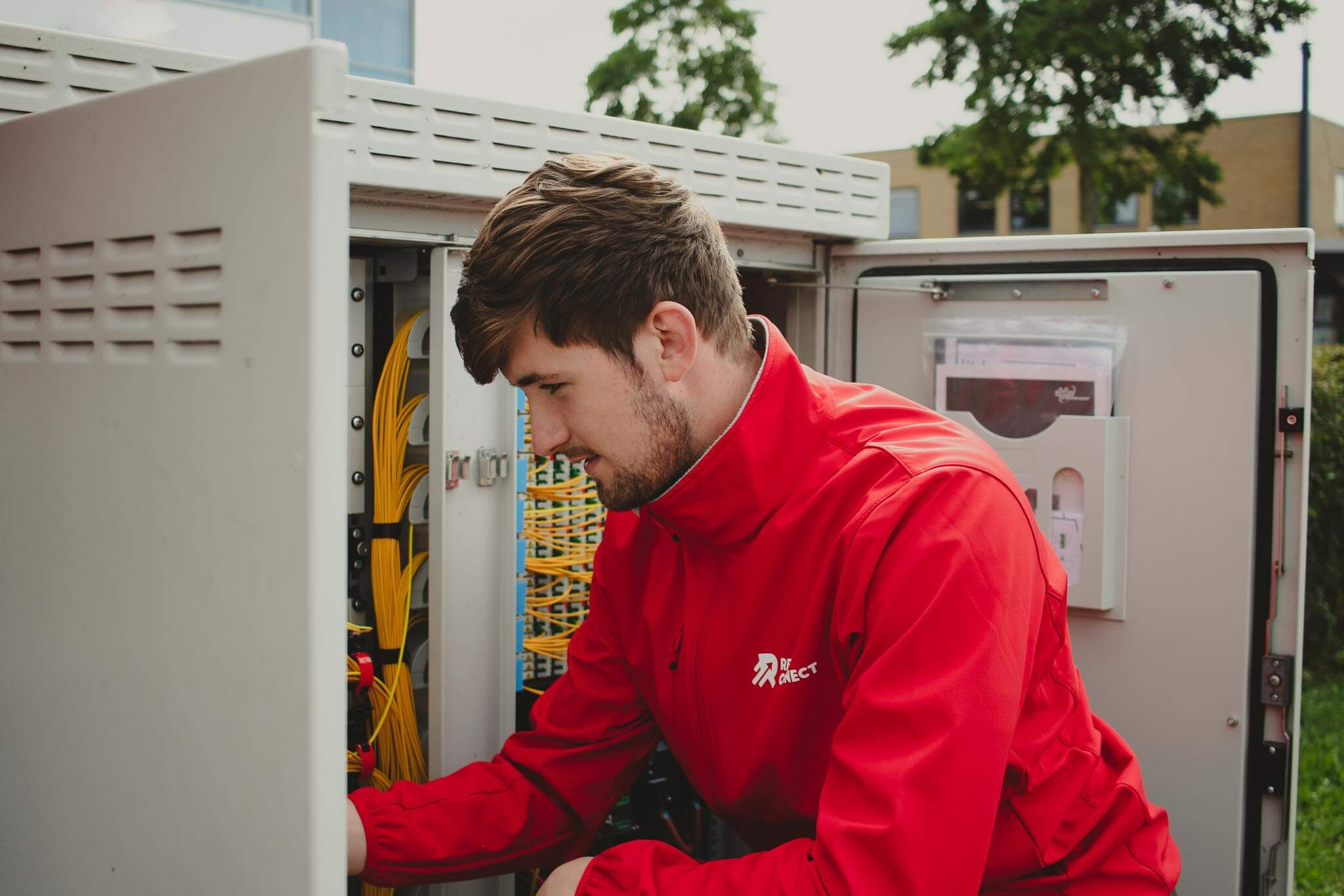 Red Connect servicemonteur bij straatkast