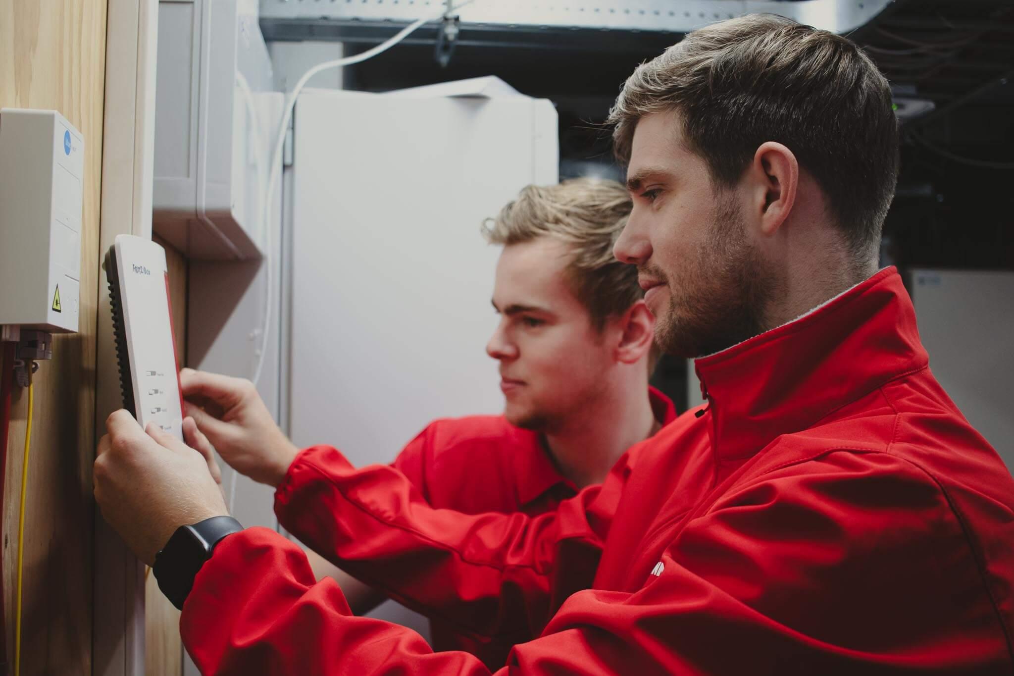 In de meterkast worden verschillende werkzaamheden uitgevoerd om de glasvezelverbinding tot stand te brengen.