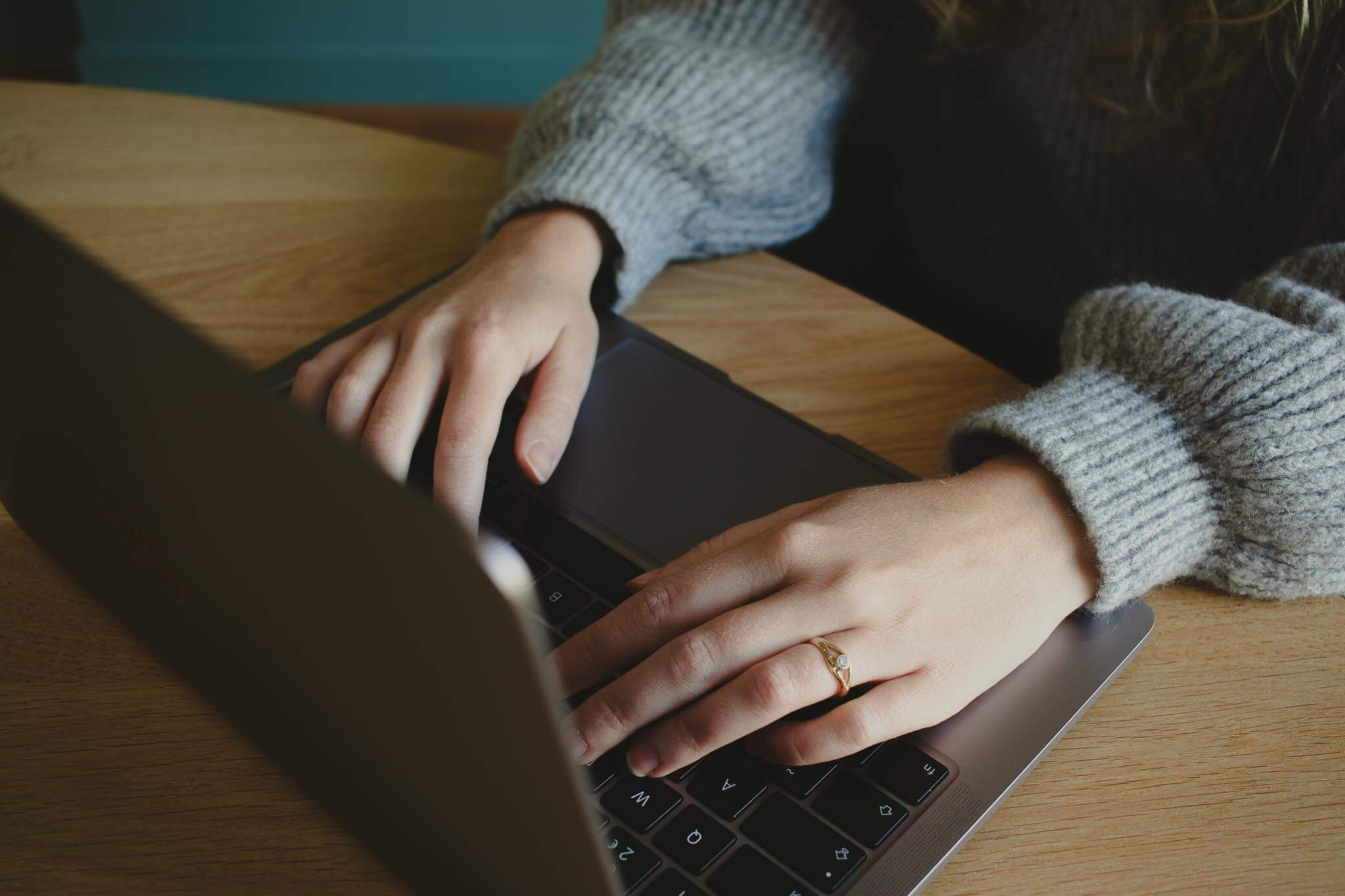 Close-up van een ondernemer aan het werk op de laptop.